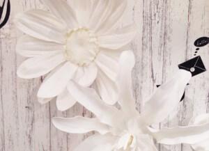 花を壁に飾る