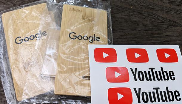 Googleロゴ入りスマホスタンドと YouTube シール