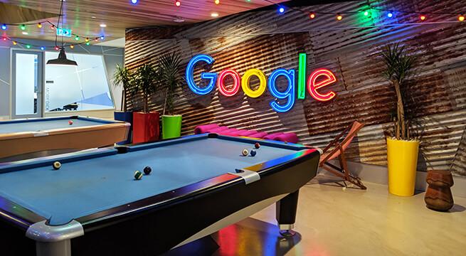 Google のロゴとビリヤード台