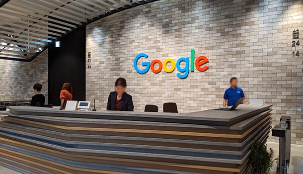 受付は Google のロゴがありレンガ調