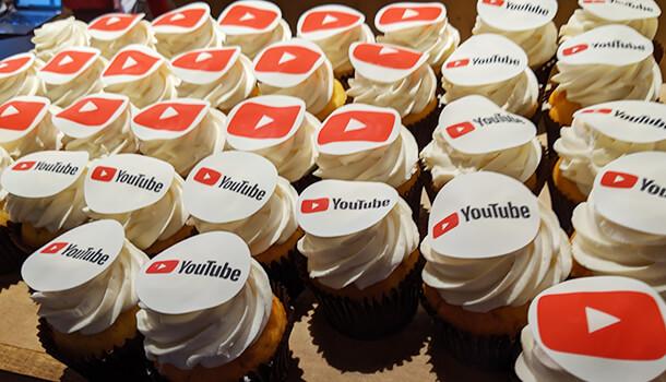 YouTube ロゴ付きカップケーキ