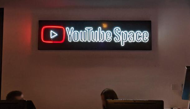 ネオンの「YouTube Space」という文字