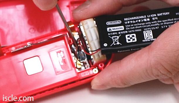 基盤に接続されている電池のケーブルも慎重に外す