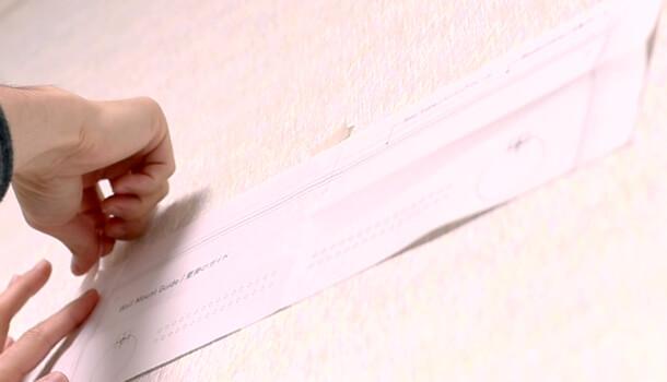 マスキングテープ等で壁に貼り付け